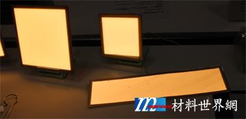 圖九、日本Lumiotec展出暖色系白光OLED及可彎曲元件