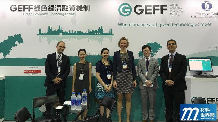 圖四、歐洲復興開發銀行能源效率總處中介綠色金融及政策處處長Mr. Ian Smith(左一)與資深經理Mr. Shahir Zaki(右一)特從英國前來,逐一拜訪參展廠商,介紹GEFF綠色線上產品目錄平台