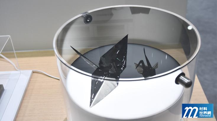 圖六、折成紙鶴狀的偏光板,透過光線仍能展現偏光效果