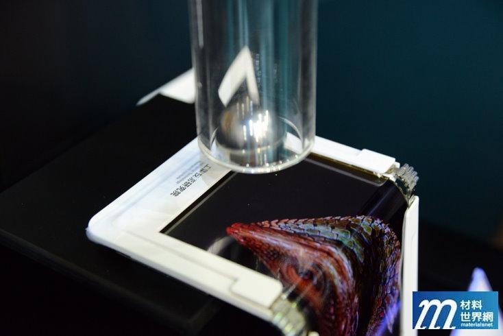 圖廿二、工研院展示的「外摺式耐衝擊觸控 AMOLED面板模組」