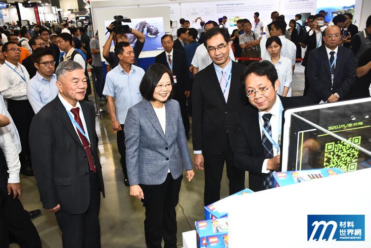 圖二、總統蔡英文親自體驗透明顯示技術應用於智慧零售的情境